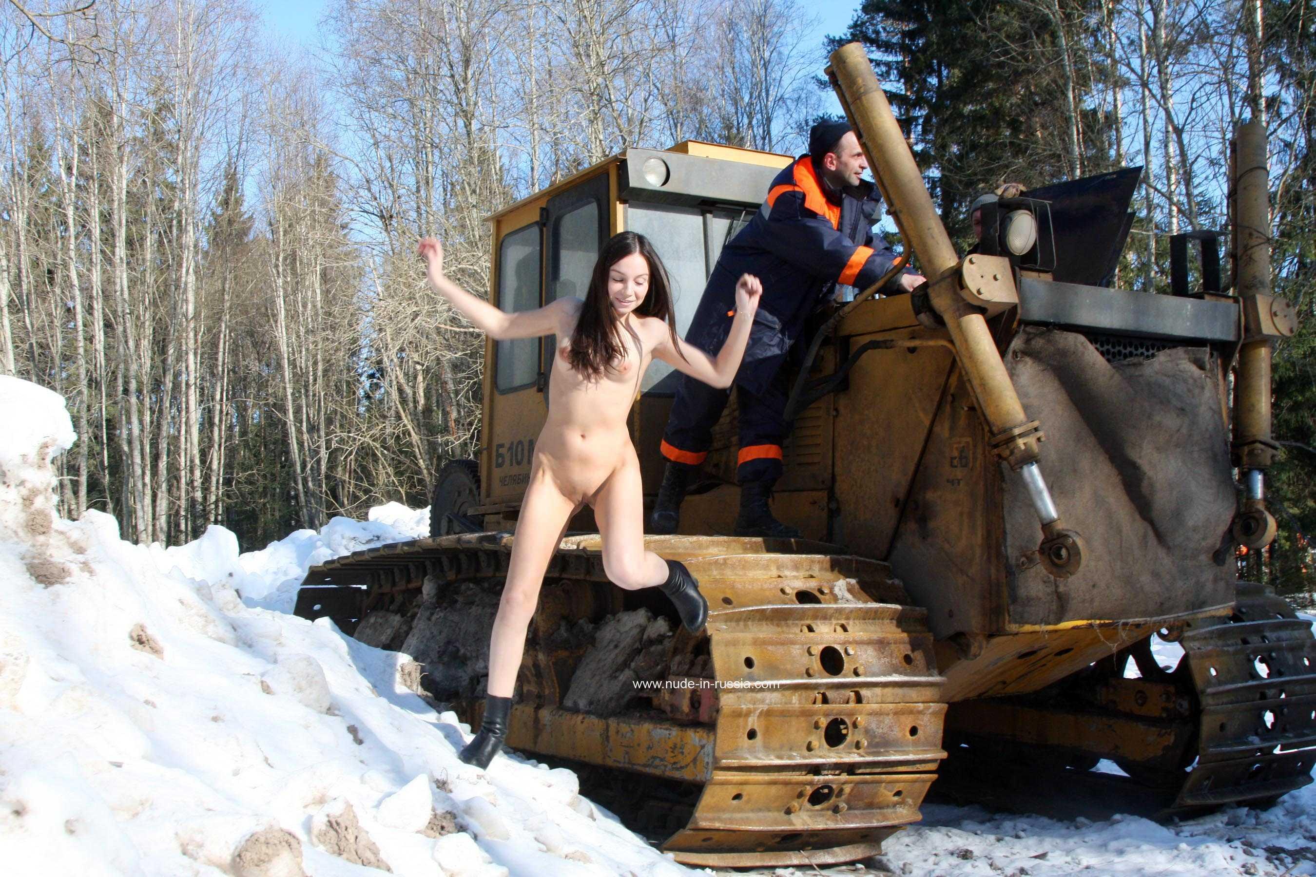 Секс и трактор, Порно: Фермер трахнул блондинку на своем тракторе 6 фотография