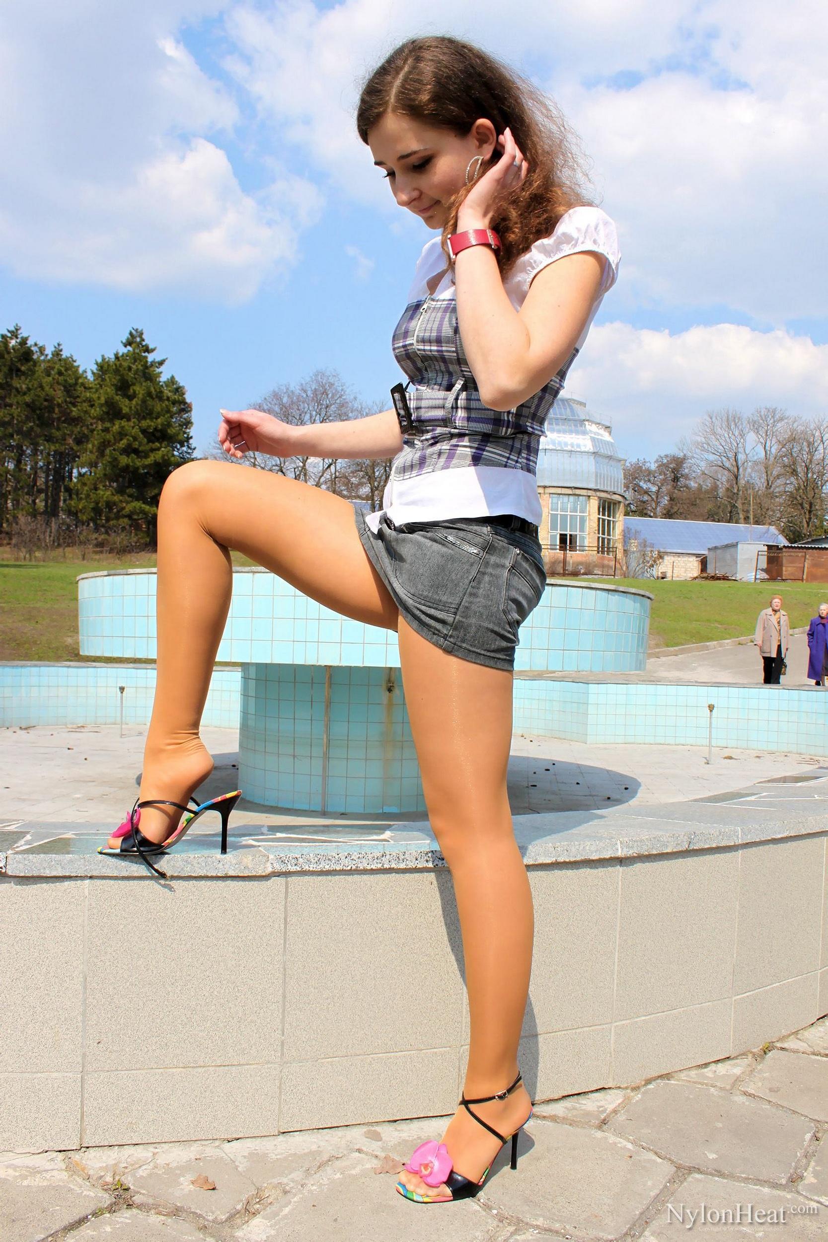 Девушки молодые в мини юбках
