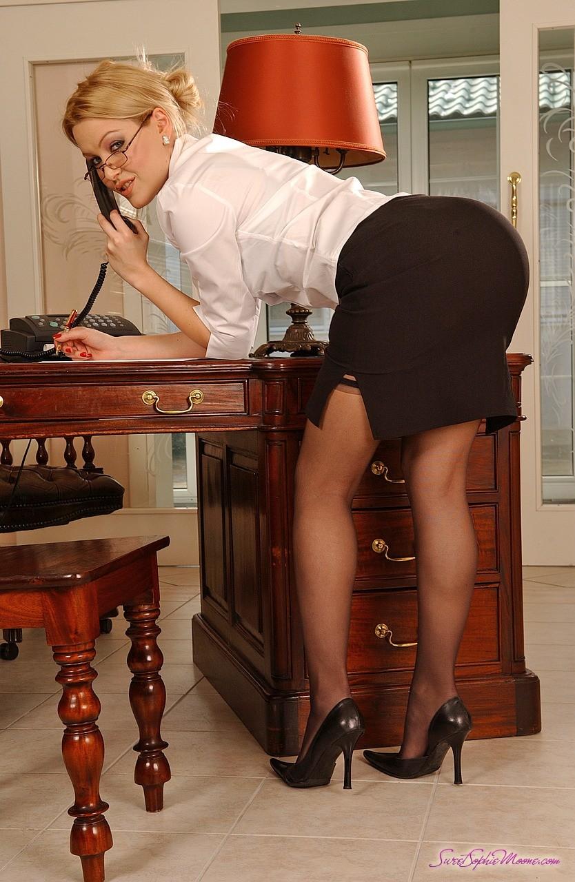 Симпатичные секретарши в чулках 9 фотография