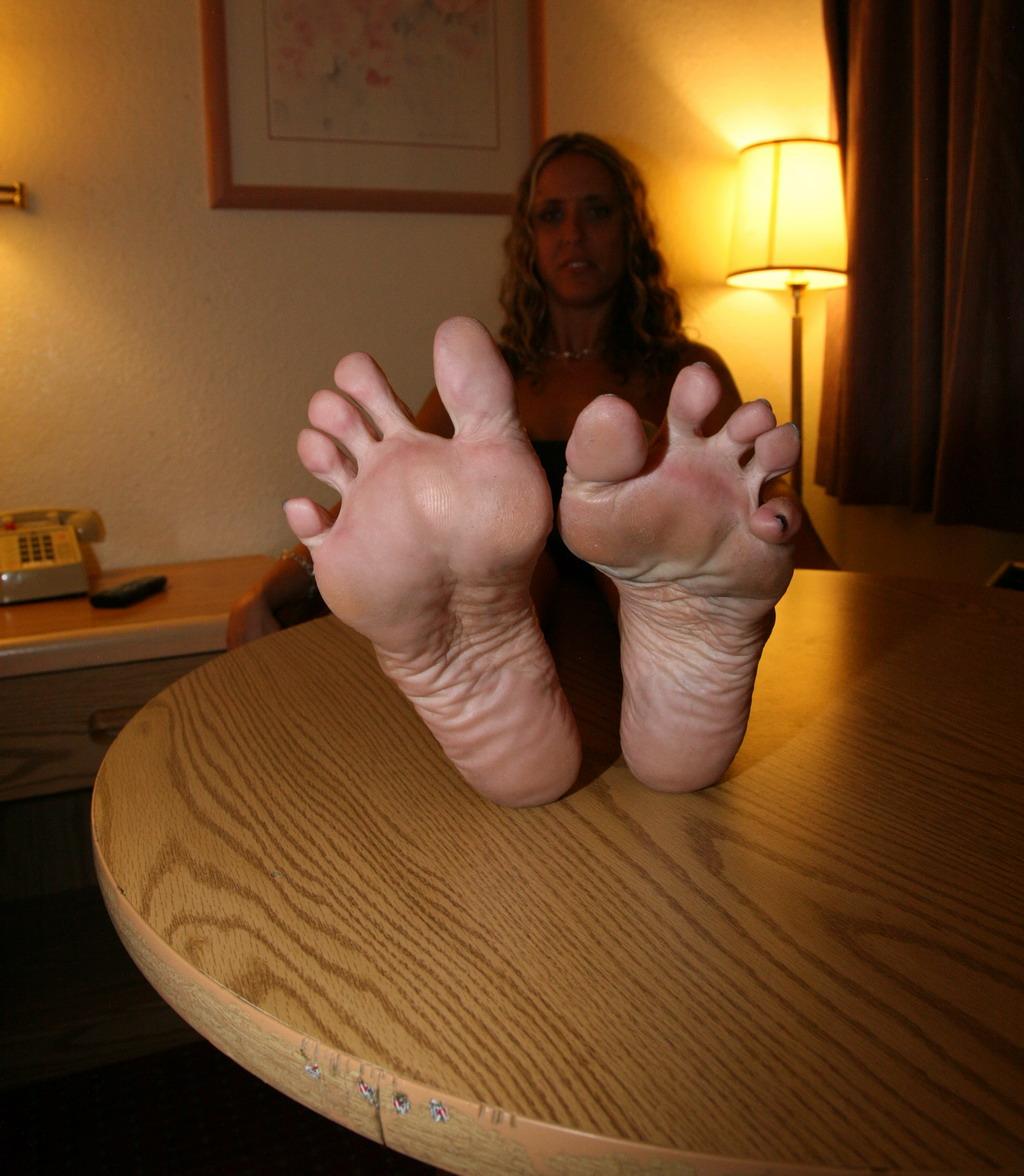 lizat-nogi-znakomstva