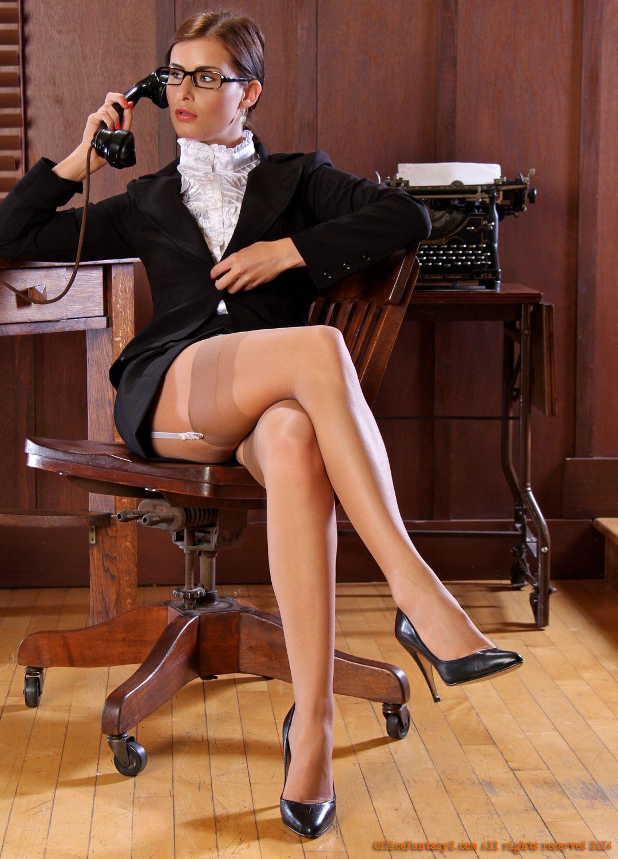 Жопа секретарши на стульчике в чулках со швом фото